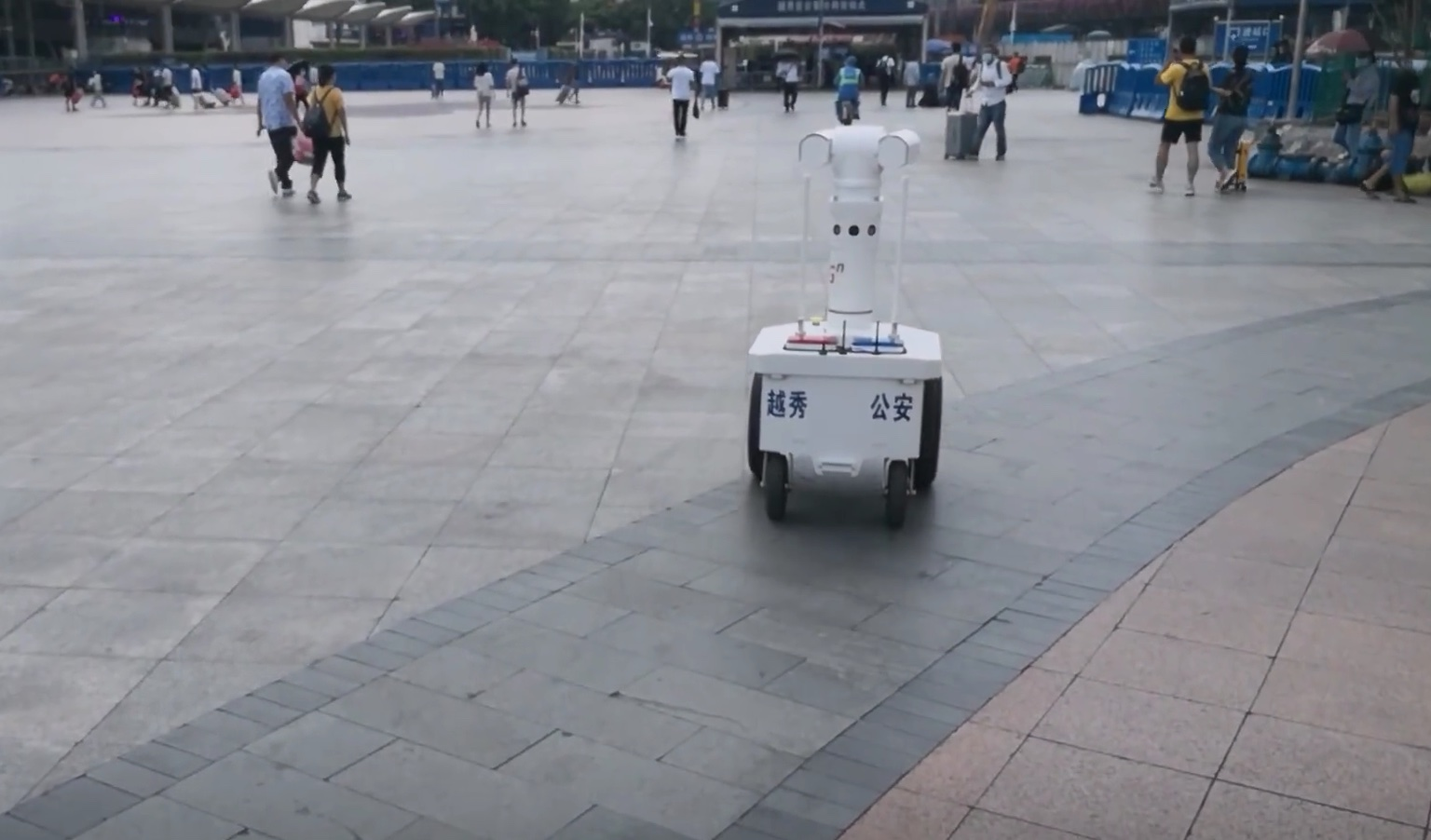 Guangzhou railway station launches its first 5G patrol robot-cnTechPost