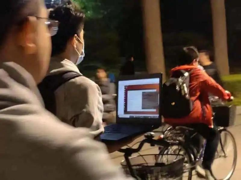 Video of Chinese student running program on laptop while riding bike goes viral-CnTechPost